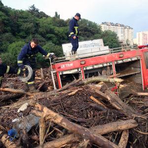 Brandmän och deras brandbil som fastnat efter översvämningen.