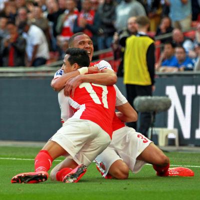 Alexis Sanchez och Kieran Gibbs firar Arsenals mål mot Reading.