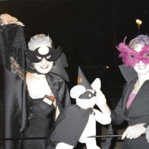 Johanna Sinisalo ystävättärensä kanssa 1980-luvun kuvassa pukeutuneena rooliasuihin, naamiot kasvoillaan.