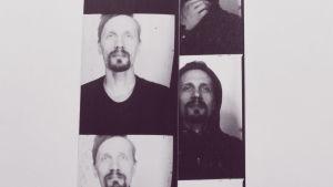 Mustavalkoisessa kuvassa kaksi kuva-automaattivalokuvaliuskaa. Toisessa mies katsoo hieman yli kamerasta neutraali ilme naamallaan, toisessa samalla miehellä on musta huppari päällä.
