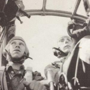 Pekka Pirin isä, Martti Piri pommikoneen ohjaimissa yhdessä tähystäjän kanssa.