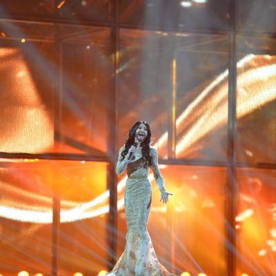 Österrikes Conchita Wurst sjunger på Eurovisionsscenen.