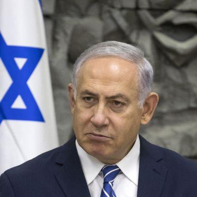 Premiärminister Benjamin Netanyahu får hård kritik av sina egna partikamrater efter avtalet med FN om afrikanska migranter