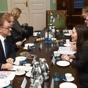 Nordiska ministrar sitter vid ett bord fyllt av kaffekoppar.