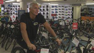 Roger Harrfors sitter på en cykel i sin cykelaffär.