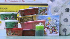 Wc.papper, kexpaket, ljus och kexlådor på innabandyhallens golv