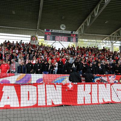 HIFK:s fans under derbyt HIFK-HJK i maj 2017.