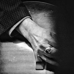 Muusikko Dave Lindholmin oikea käsi kitaralla, käden keskisormessa näyttävä sormus.