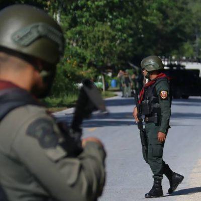 Thailändska soldater vid en av de angripna vägspärrarna