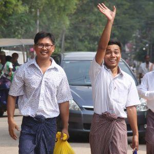 Wa Lone (till vänster) promenerade bort från Insein-fängelset i Rangoon tillsammans med en vinkande Kyaw Soe Oo.