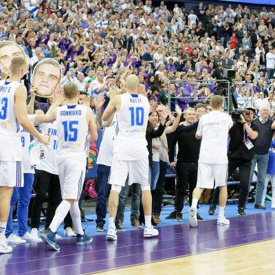 Finlands herrlandslag i basket tackar publiken efter match.
