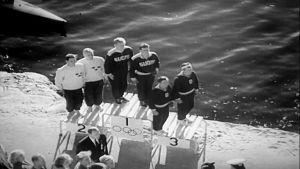 Kurt Wires och Yrjö Hietanen på prispallen efter 1000 meter paddling K-2 i OS 1952.