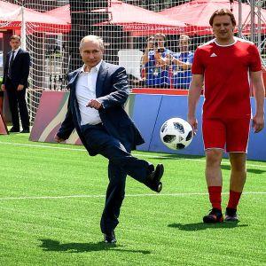 Rysslands president Vladimir Putin sparkar en fotboll.