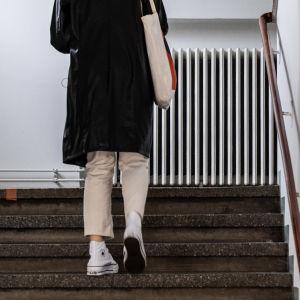 Nuori henkilö kiipeää portaita.