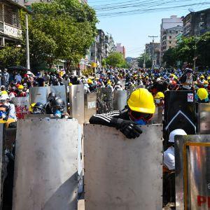 Demonstranter i Rangoon har börjat tillverka egna sköldar och på måndagen bar många skyddshjälm under demonstrationerna.