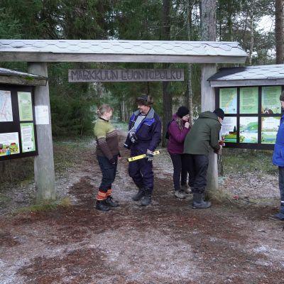 Markkuun kyläläiset olivat tekemässä luontopolkua, kun Suomen Kylät ry:n palkintotyöryhmä saapui paikalle.