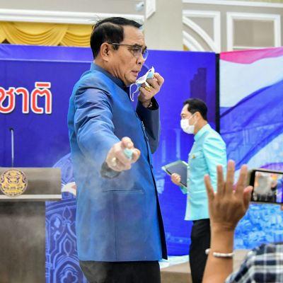 Thaimaan pääministeri suihkutti käsidesiä toimittajien päälle