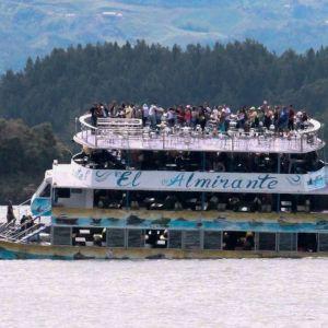 Turistbåten El Almirante på väg att kantra, minuterna innan den sjönk i Peñol-reservoaren i nordvästra Colombia. 25.6.2017