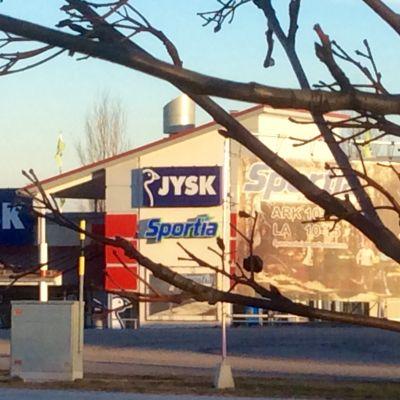Byggnaden i Karis där Jysk och Sportia finns.