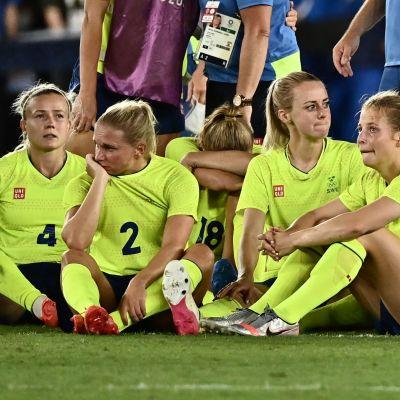 Svenska spelare deppar efter slutvisslingen.
