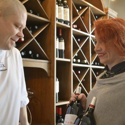 Sami ja Kati Häkkinen Rouxin viinihyllyn äärellä.
