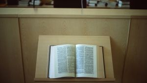 En uppslagen lagbok på ett bord.