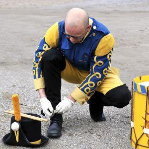 Trumslagaren rättar uniformen