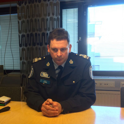 Överkommissarie Kjell Nylund sitter vid ett bord.