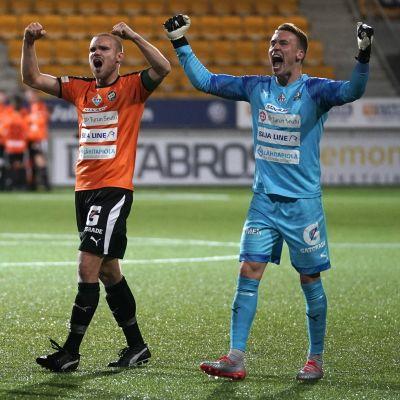 Tre fotbollsspelare från TPS jublar efter att de vunnit mot KPV.