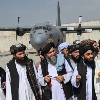 Talibaner håller presskonferens på flygplatsen i Kabul 31.8.2021