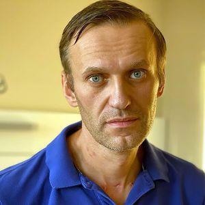 Den ryska oppositionspolitikern Aleksej Navalnyj i närbild med sammanbiten min.
