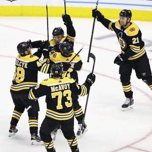 Bostons spelare firar Charlie Coyles 2–1-mål.