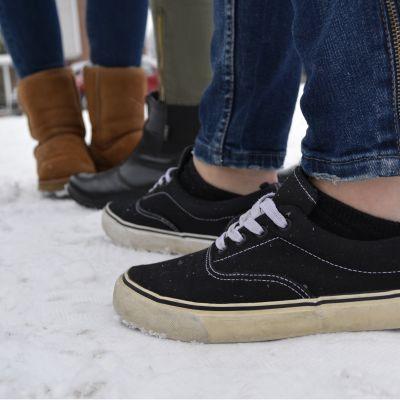 Teinitytöillä on jaloissaan tennarit, nilkkurit ja karvasaappaat.
