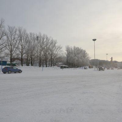 Ranta-Kartanon alue Lahdessa. Autoja parkkipaikalla.