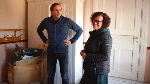 Daniel Wilson och Sanna Järf står i förskolans tambur.