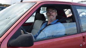 Jan-Roger Korsström i sin röda bil.