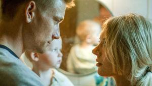 Nicky och Lina tillsammans med sin lilla son.