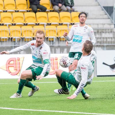 Jani Lyyski och Kristian Kojola försöker stoppa bollen