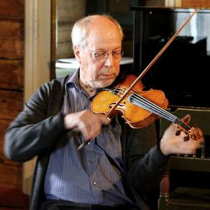 Mauno Järvelä soittaa viulua.