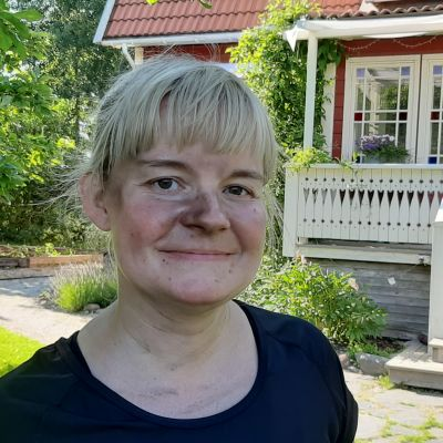 Linda Lönnqvist, en dam med ljust hår och svart sot i ansiktet och på näsan.