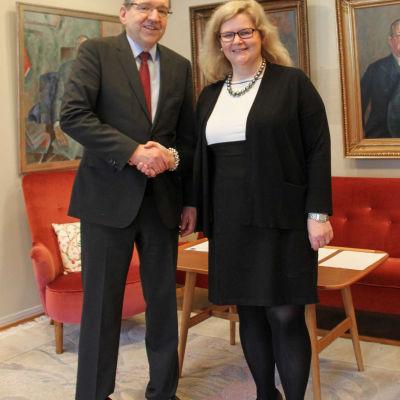 Arcadas rektor Henrik Wolff och Hankens rektor Karen Spens.