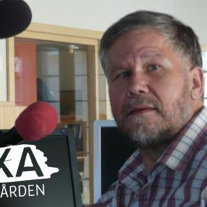 Journalist Sune Bergström sitter i studion.
