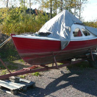 Båt i vinterförvar i Sakta Farten i Borgå
