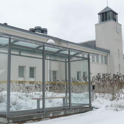 """Rökrutan utanför Sockengården i Nickby i Sibbo - kallad """"busshållplatsen"""""""