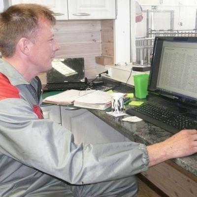 Juha Kortesalmi seuraa lehmien lypsytilastoja tietokoneelta