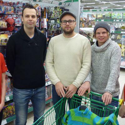 Seinäjoen Peliveljien Aino Salonen, Sami Koski, Juha Kivilehto, Jyrki Holopainen ja Ida-Maria Pajukoski poseeraavat leluhyllyjen välissä.