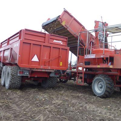 Suurien perunaerien nostamiseen tarvitaan avuksi kunnon koneet.