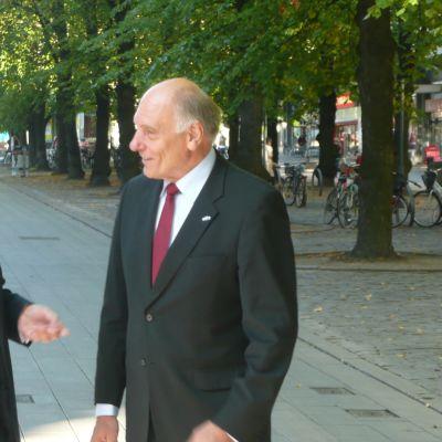 Israelin suurlähettiläs Dan Ashbel ja Israelin kunniakonsuli Fredrik Ekholm.