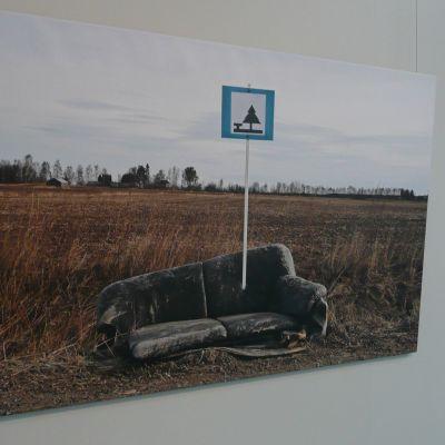 """Benjam Pöntisen """"Lepopaikka"""" on yksi hänen kantaaottavista kuvistaan."""
