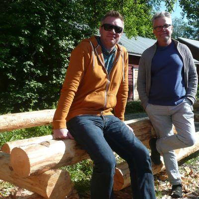 juontaja Mårten Svartström ja tuottaja Stefan Jansson odottavat innoissaan saunan rakentumista